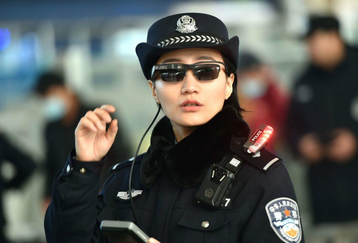 Chinesische Polizistin mit dunkler Brille