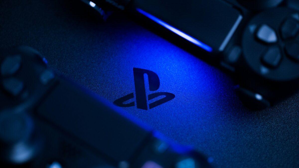 Zwei DualShock 4-Controller rahmen das PlayStation-Logo ein