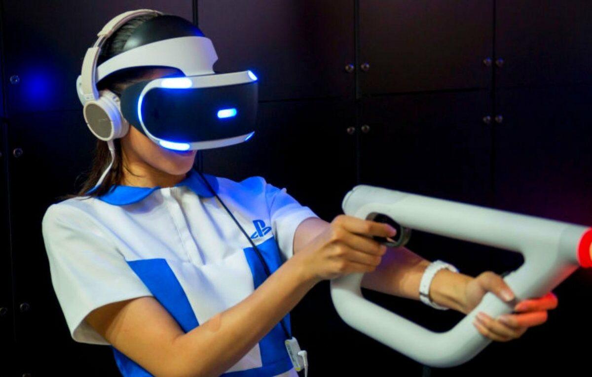 Frau mit PlayStation VR
