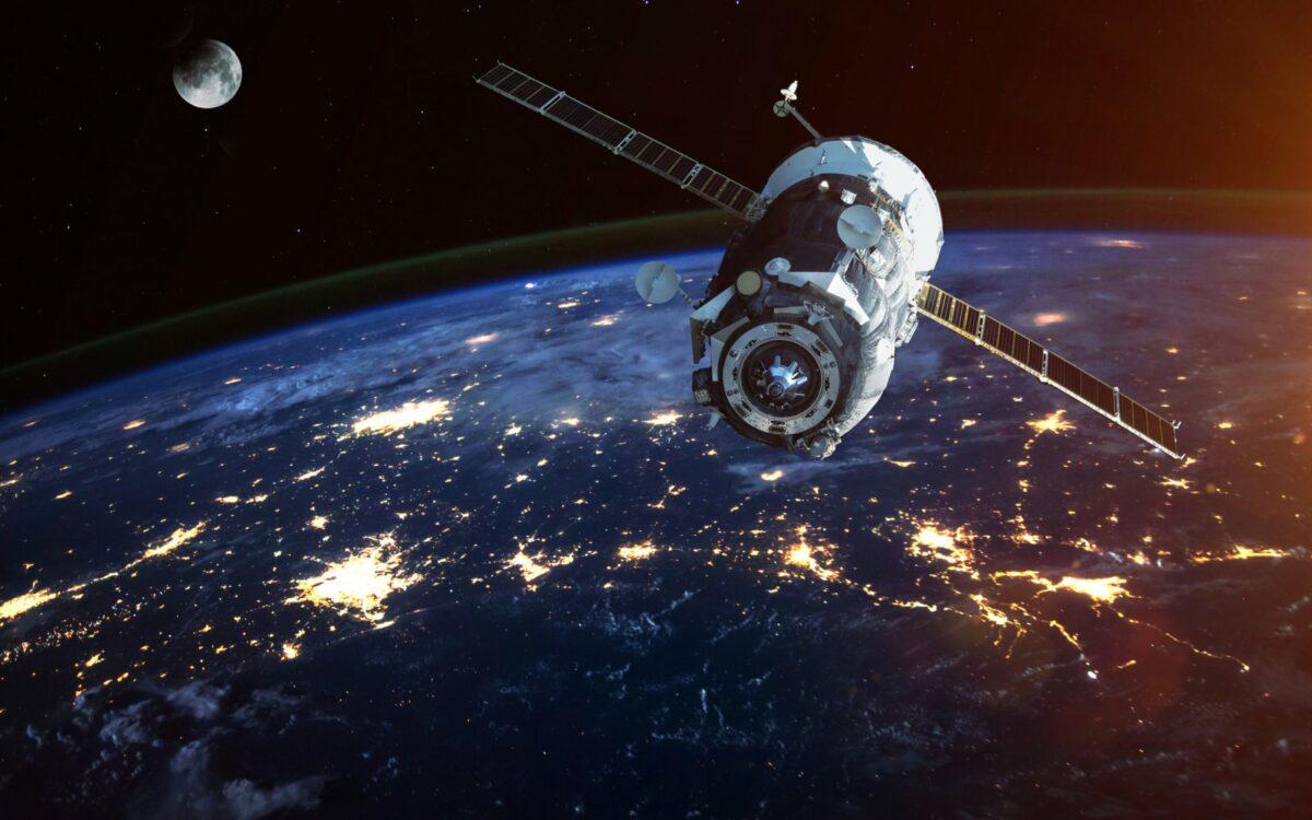 Satellit im All über der Erde