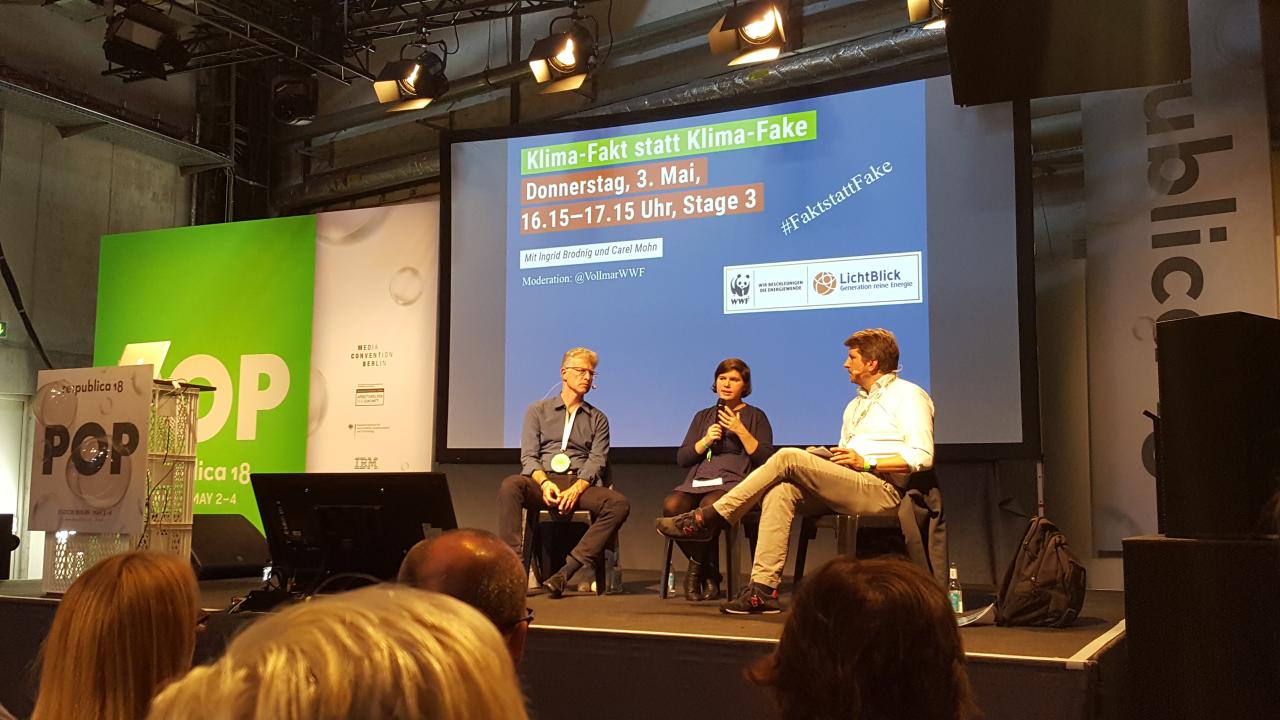 Die österreichische Journalistin Ingrid Brodnig und Carel Mohn, Leiter des Projekts klimafakten.de, im Gespräch auf der re:publica.