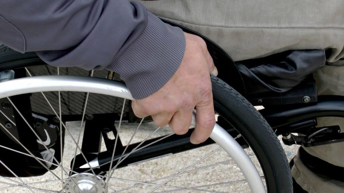 Ein Mann in einem Rollstuhl.
