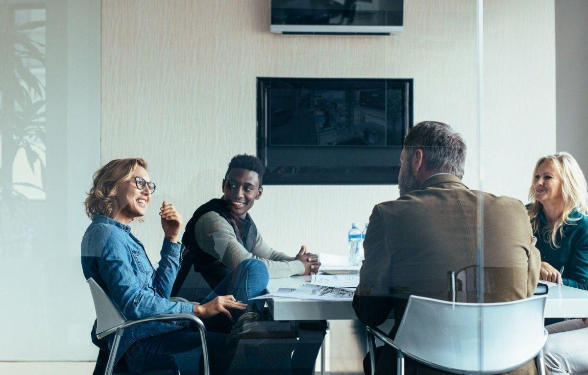 Menschen sitzen in einem Meeting.