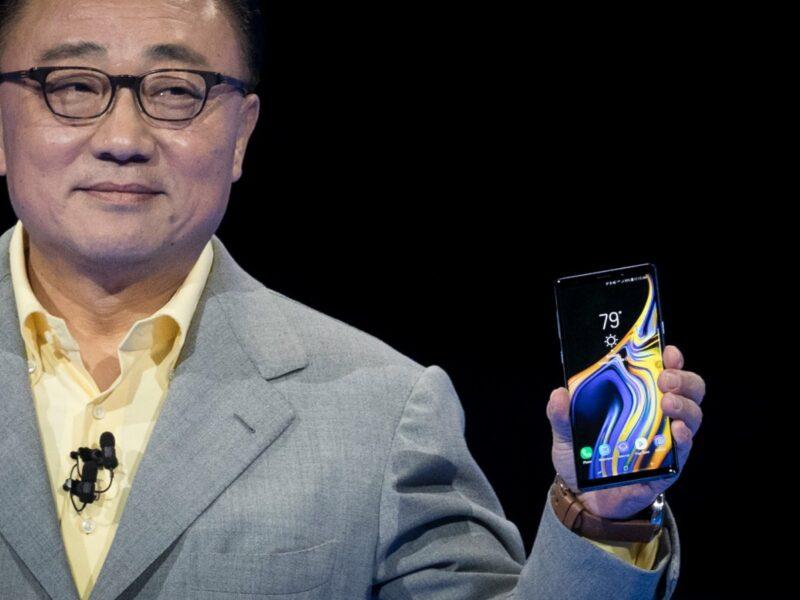 Samsung-CEO DJ Koh hält Smartphone hoch