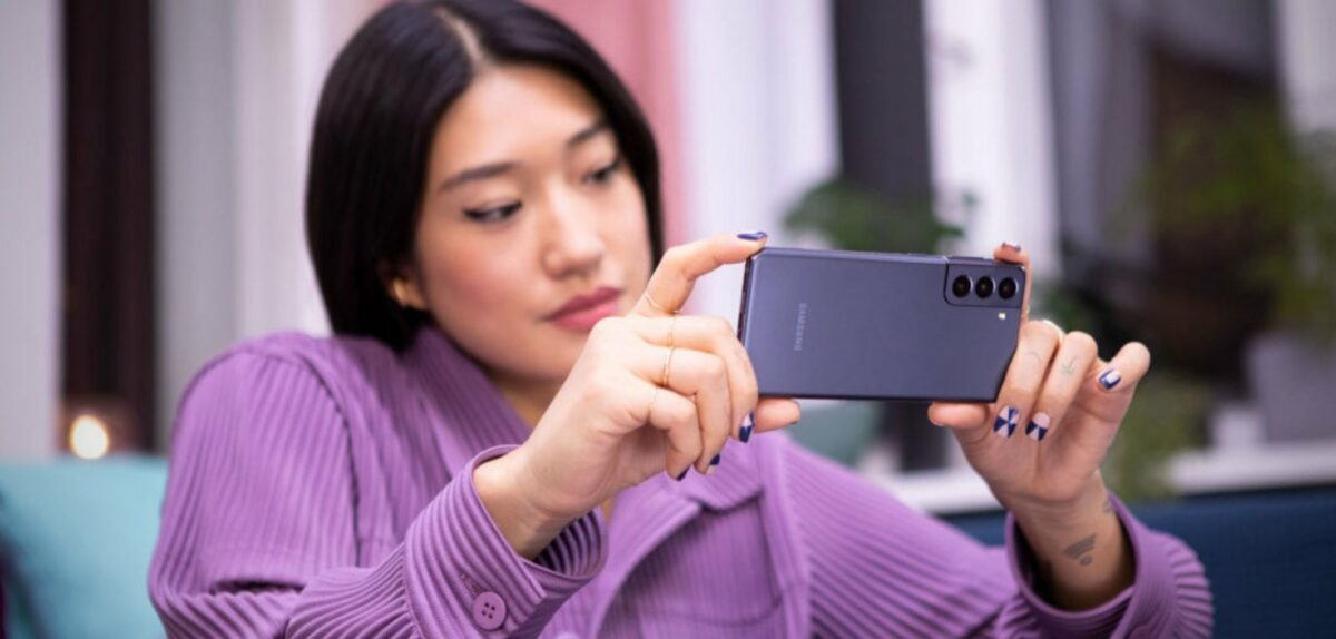 Frau mit Samsung Galaxy S21