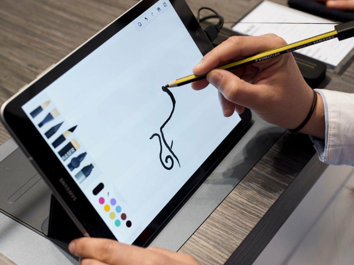 Ein Samsung Tablet ist auf dem Foto zu sehen.