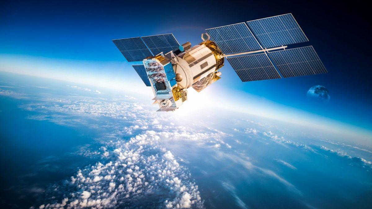 Satelit über einem blauen Planeten