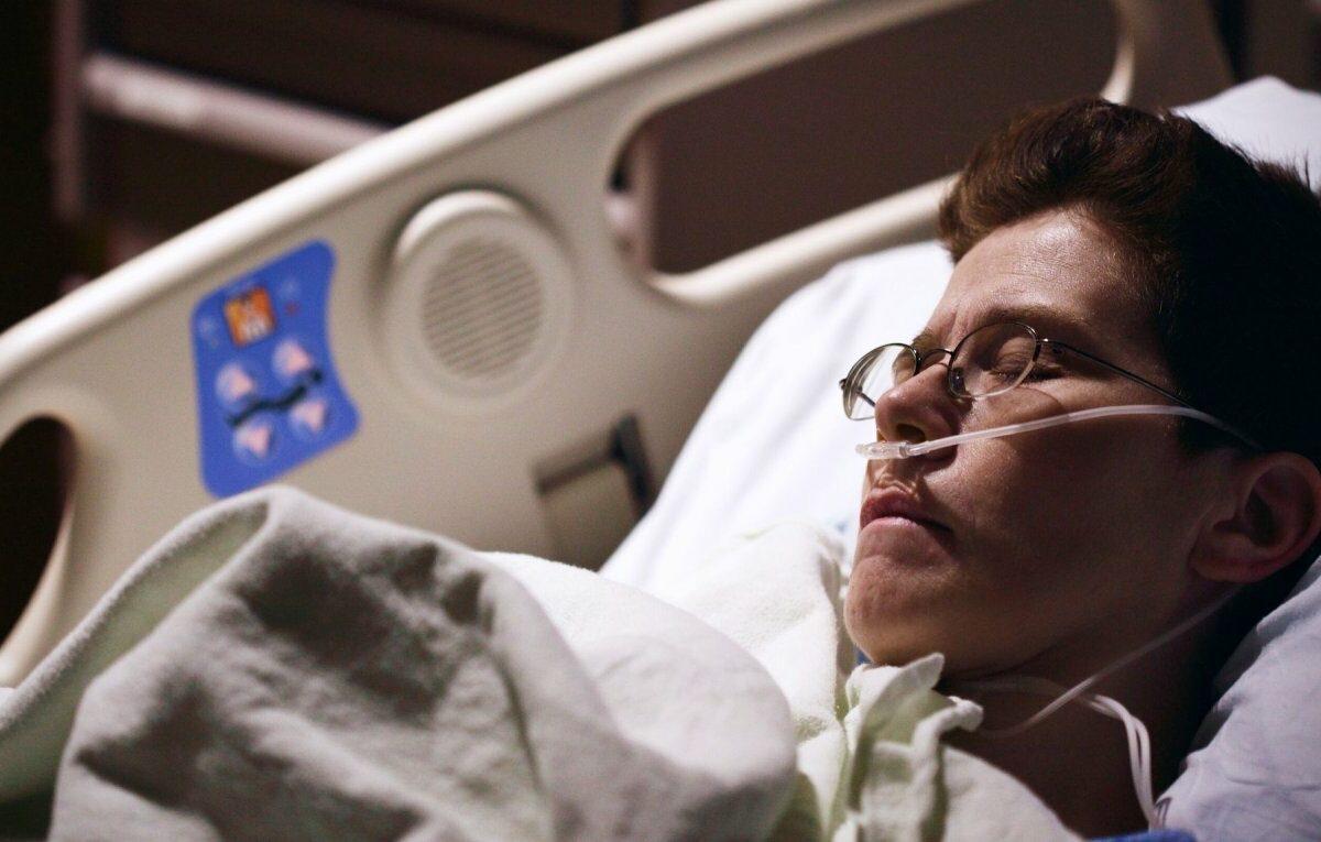 Erkrankter im Bett mit Beatmungsgerät