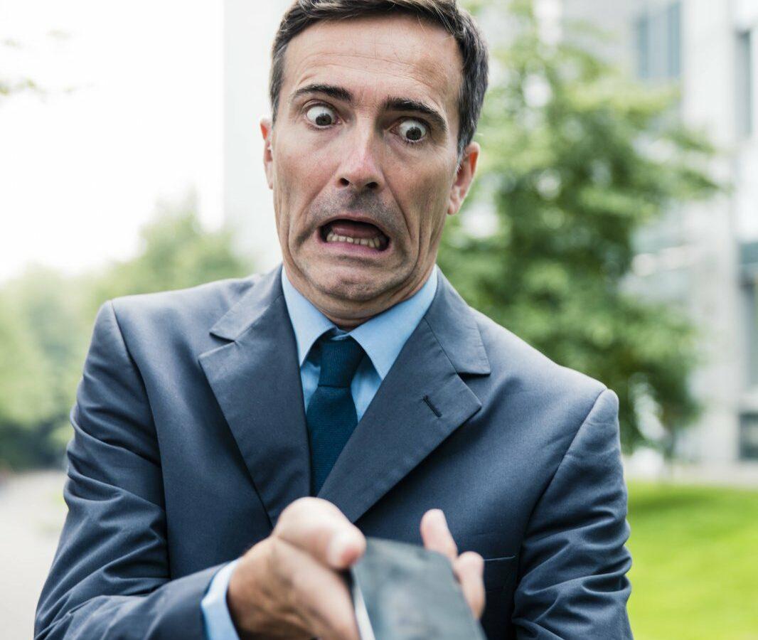 Mann lässt vor Schreck Handy fallen