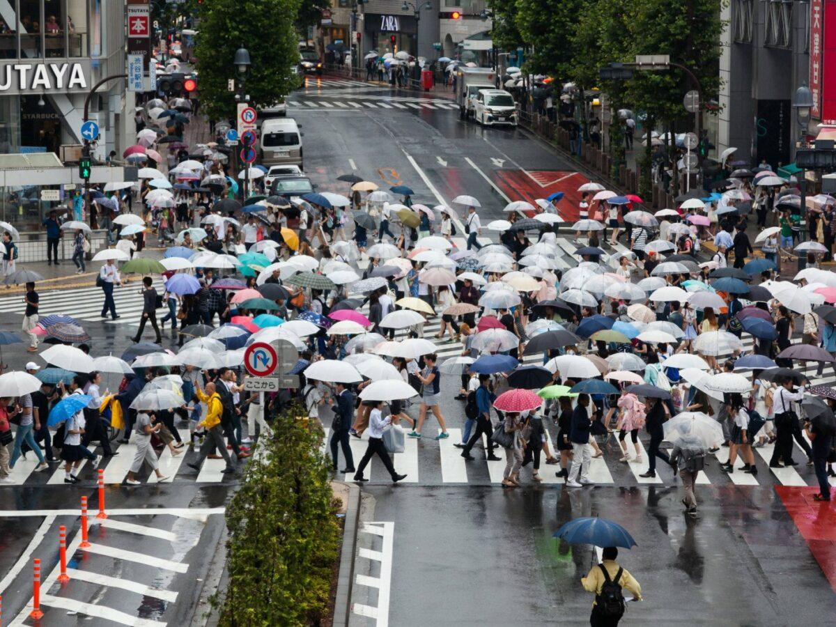 Menschen mit Schirmen in Shibuya