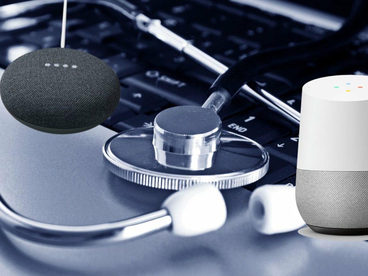 Ein Stethoskop auf einem Laptop mit Smartspeakern