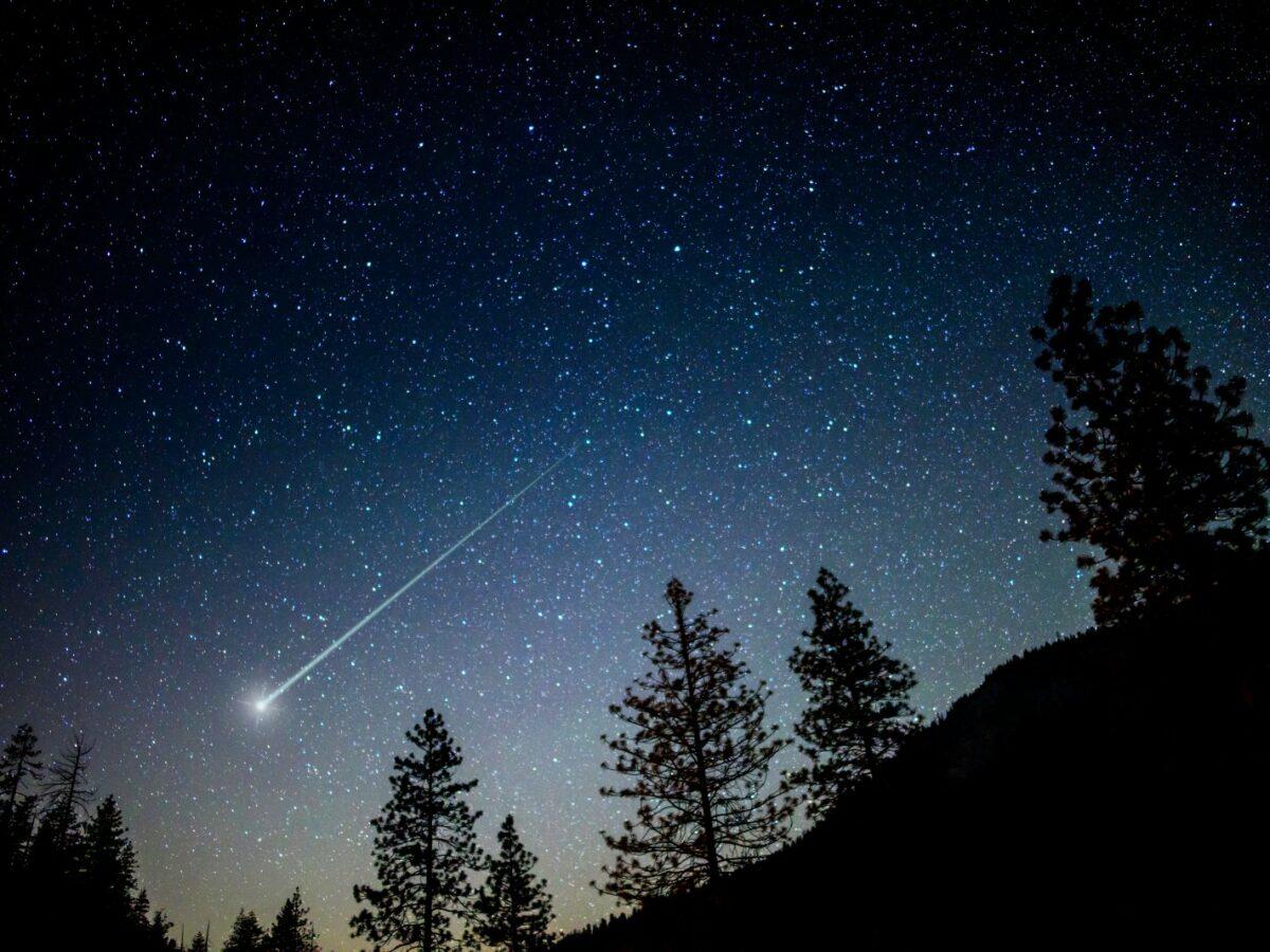 Sternschnuppe am Himmel.