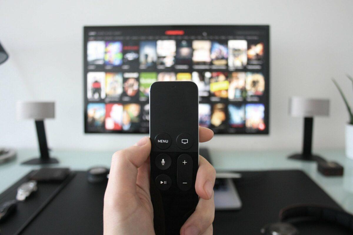 Fernseher mit Streaming auswahl und Fernbedienung im Vordergrund.