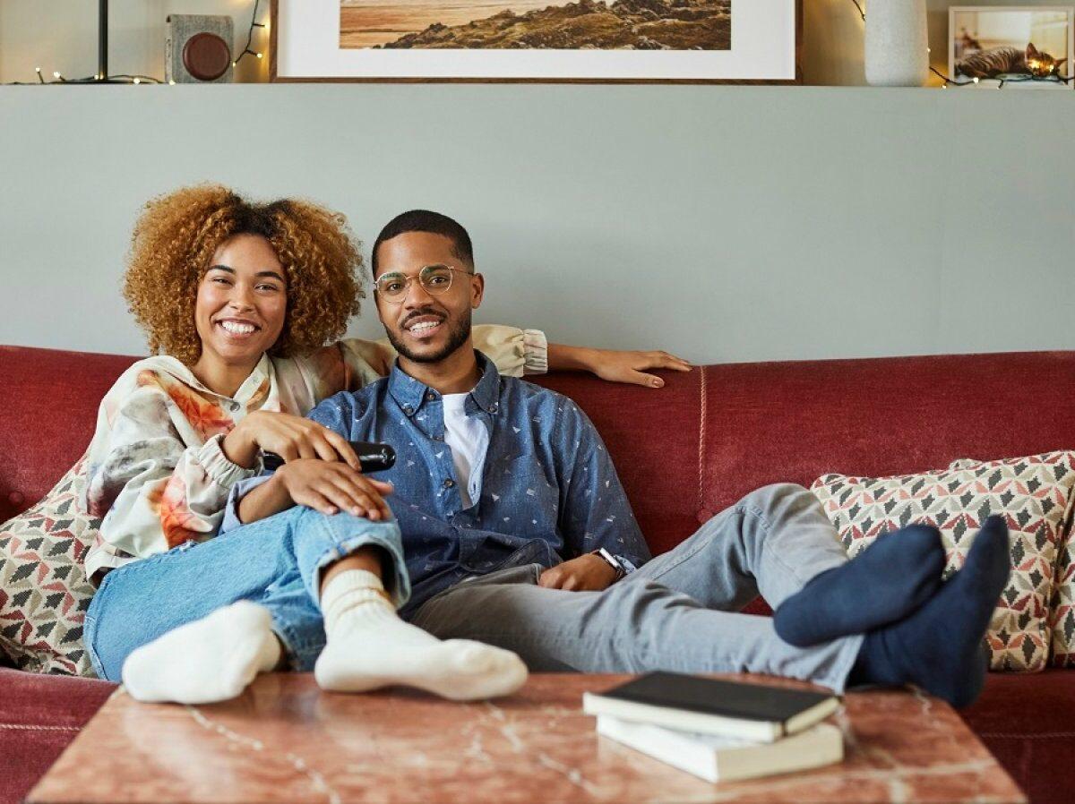 Mann und Frau sehen fern.