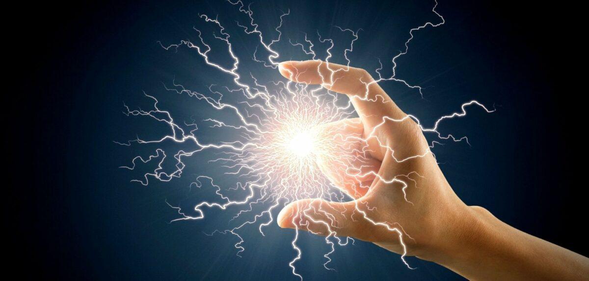 Ein Blitz zwischen zwei Fingern