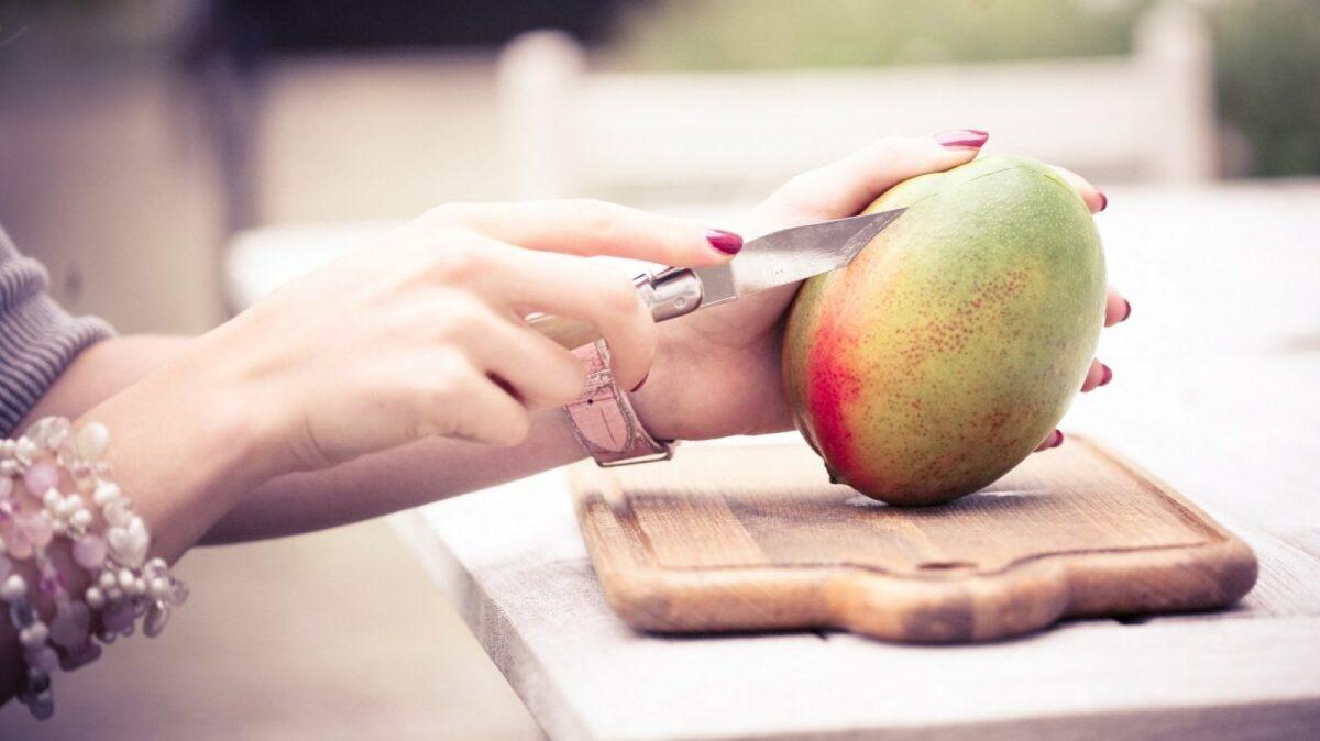 Eine Mango wird geschnitten.