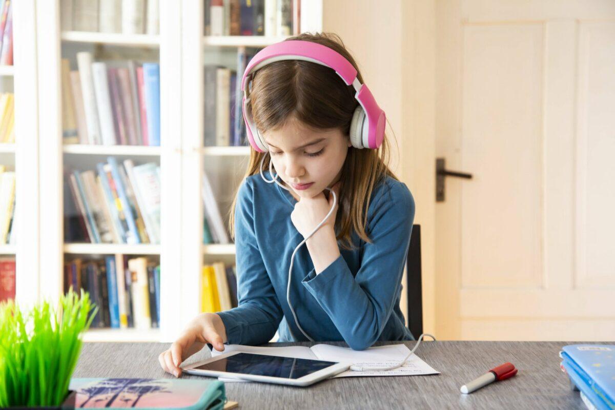 Tablets für Kinder: Mädchen mit Kopfhörern und Tablet