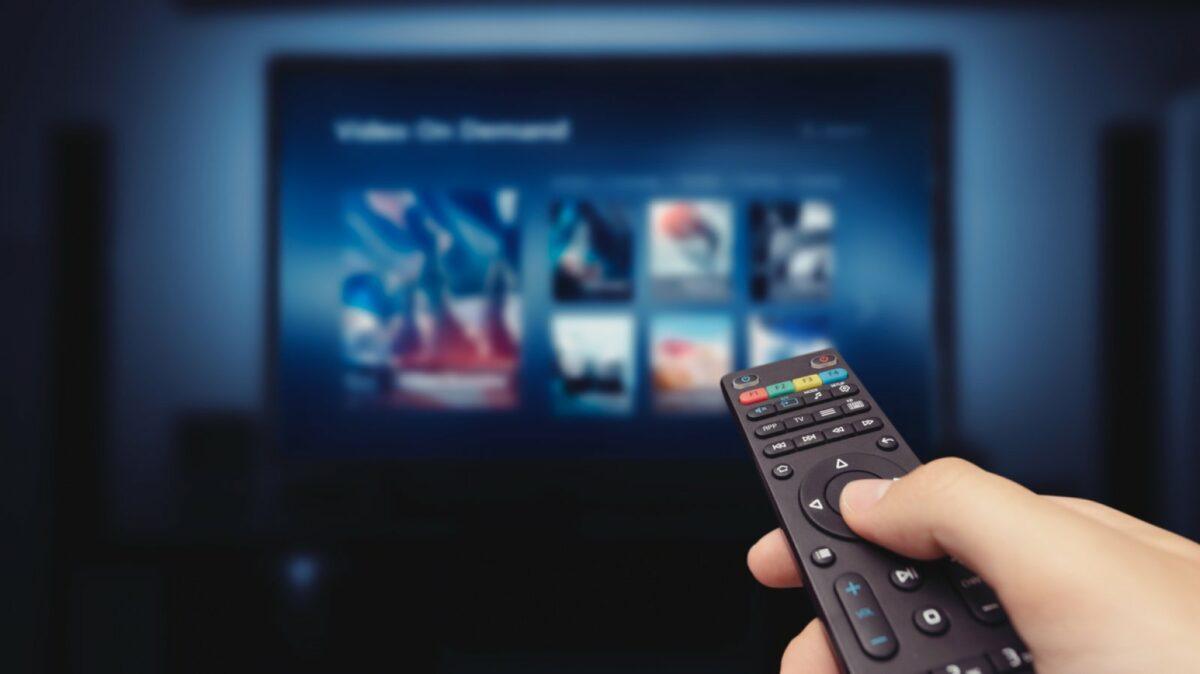 Fernbedienung vor Fernseher