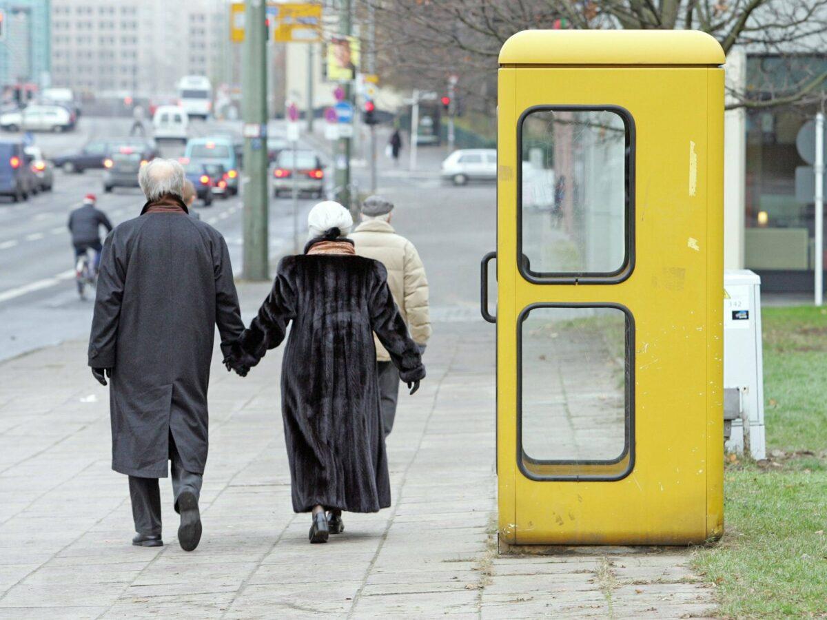 Telefonzelle an einer Straße