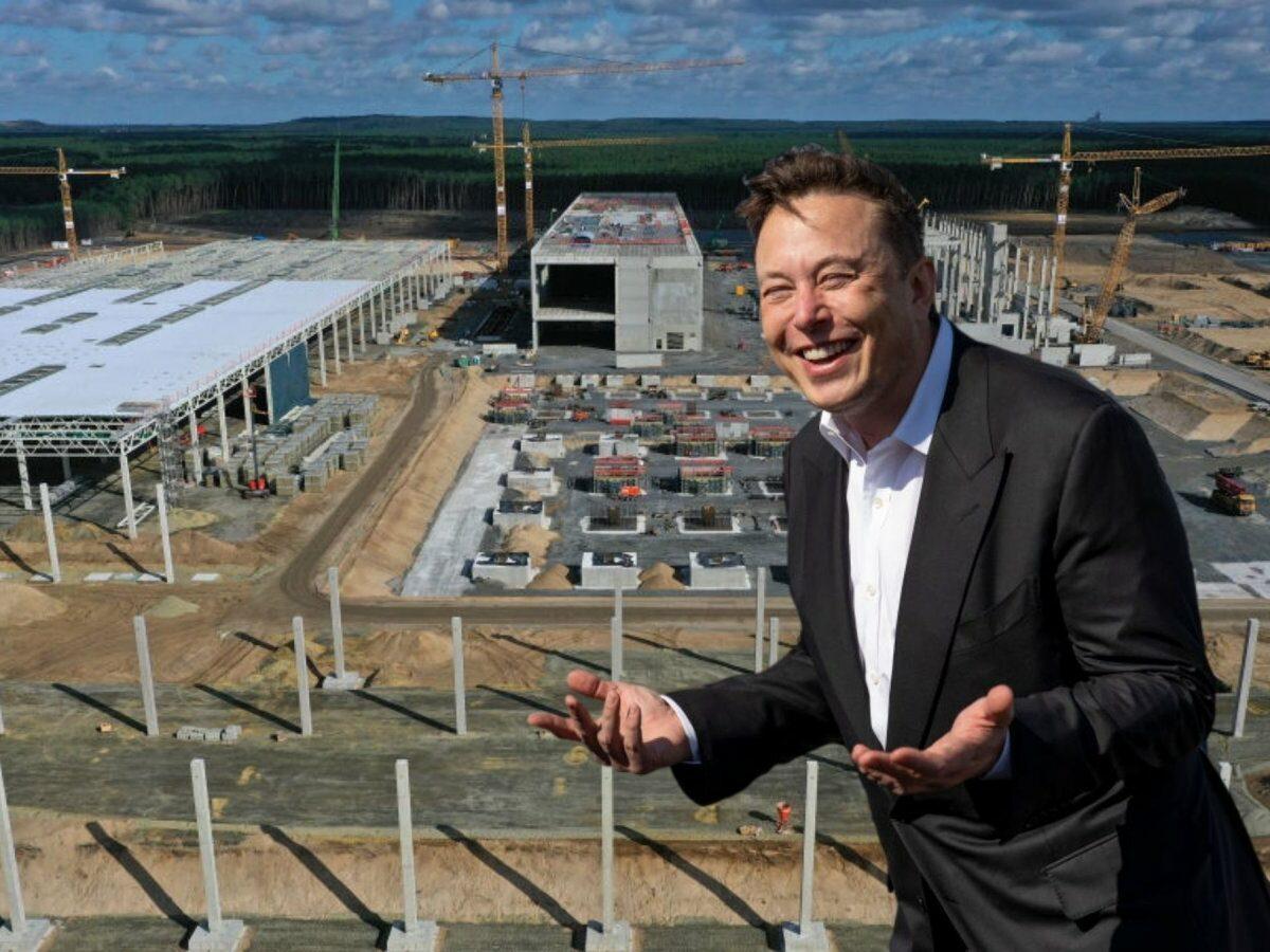 Elon Musk vor Teslas Gigafactory Berlin-Brandenburg