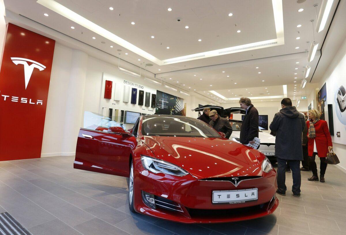 Roter Tesla in einem Tesla Store