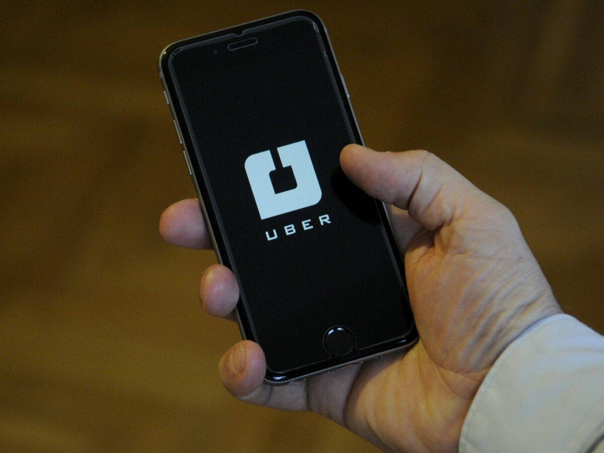 Ein Telefon auf dem die Uber-App geöffnet ist.