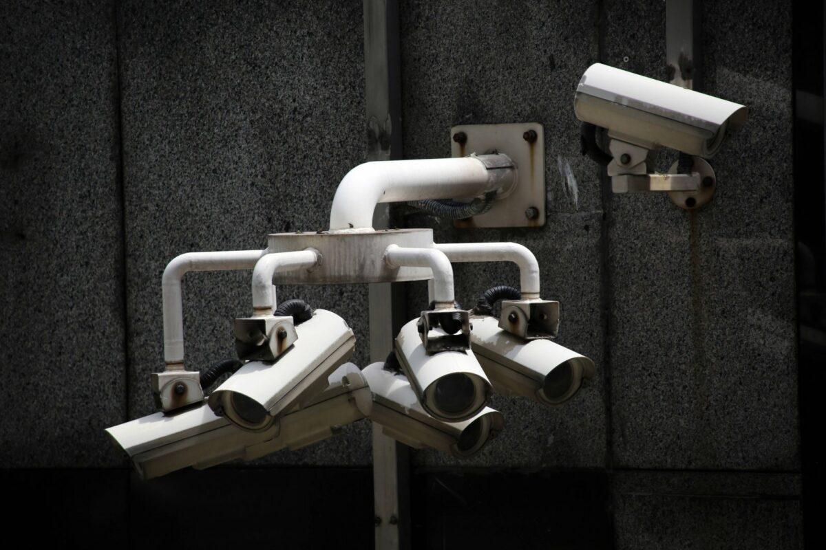 Überwachungskameras an einer Hauswand.