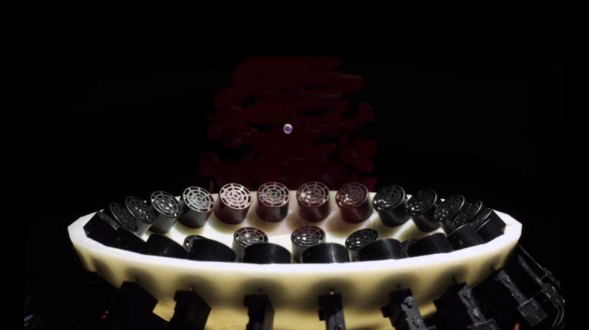 kleine Kugel wird durch Schallwellen in der Luft gehalten
