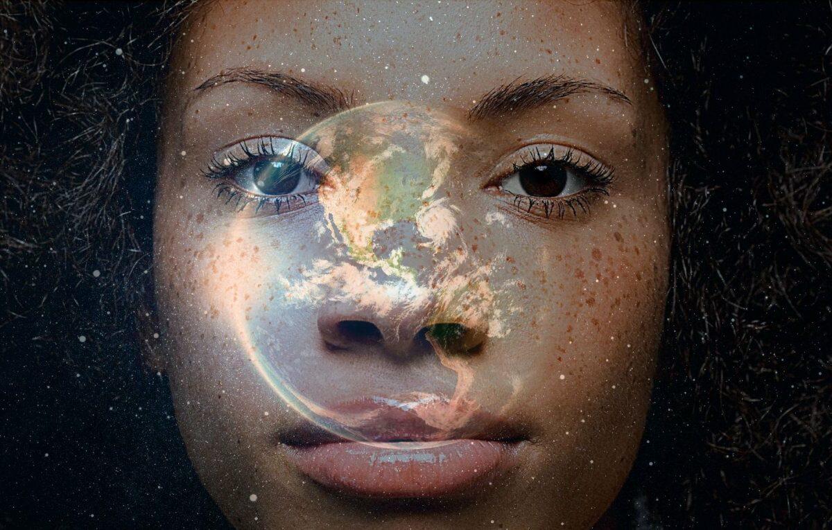 Frau mit der transparenten Erdkugel im Gesicht.