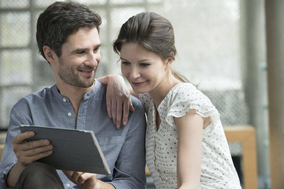 Mann und Frau mit iPad