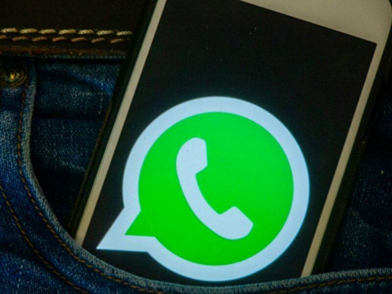 Handy mit WhatsApp-Logo