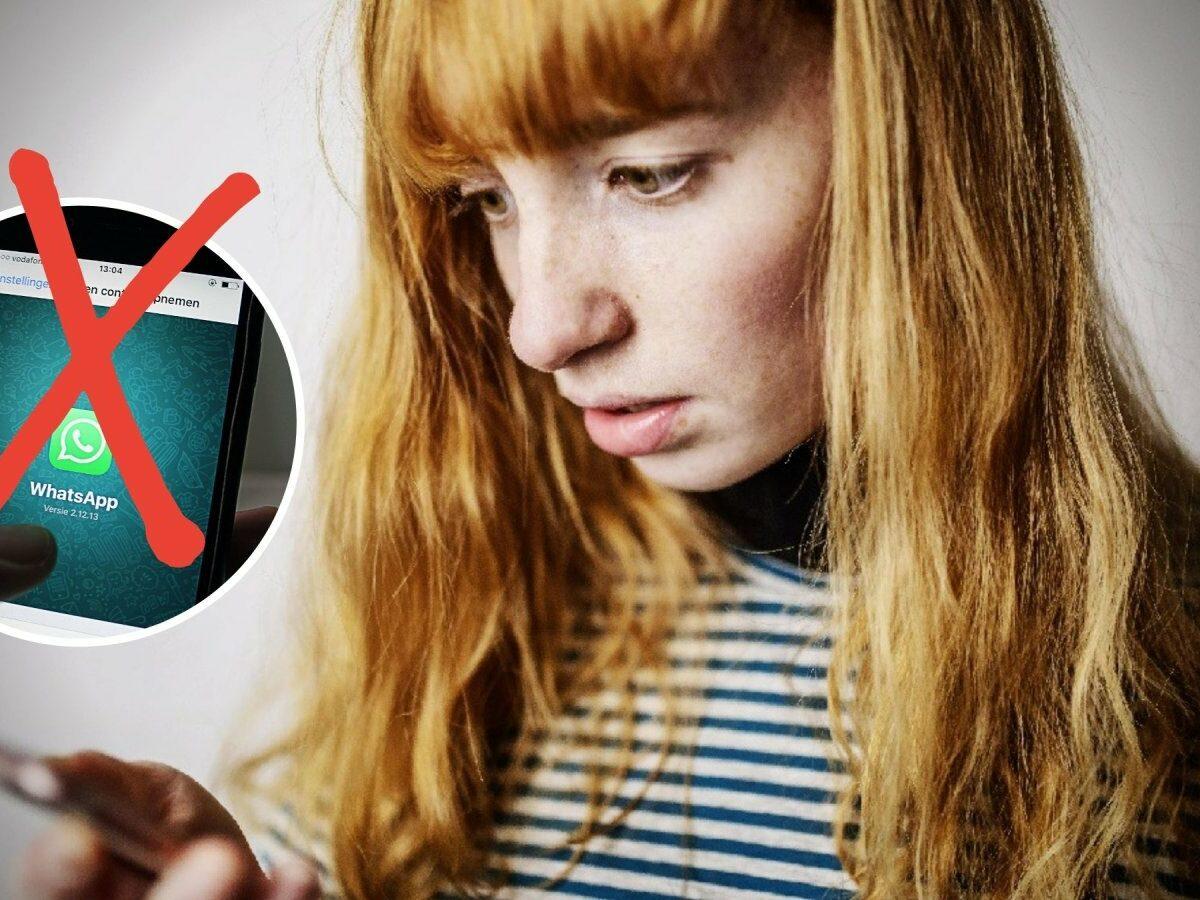 Frau erschrocken am Handy