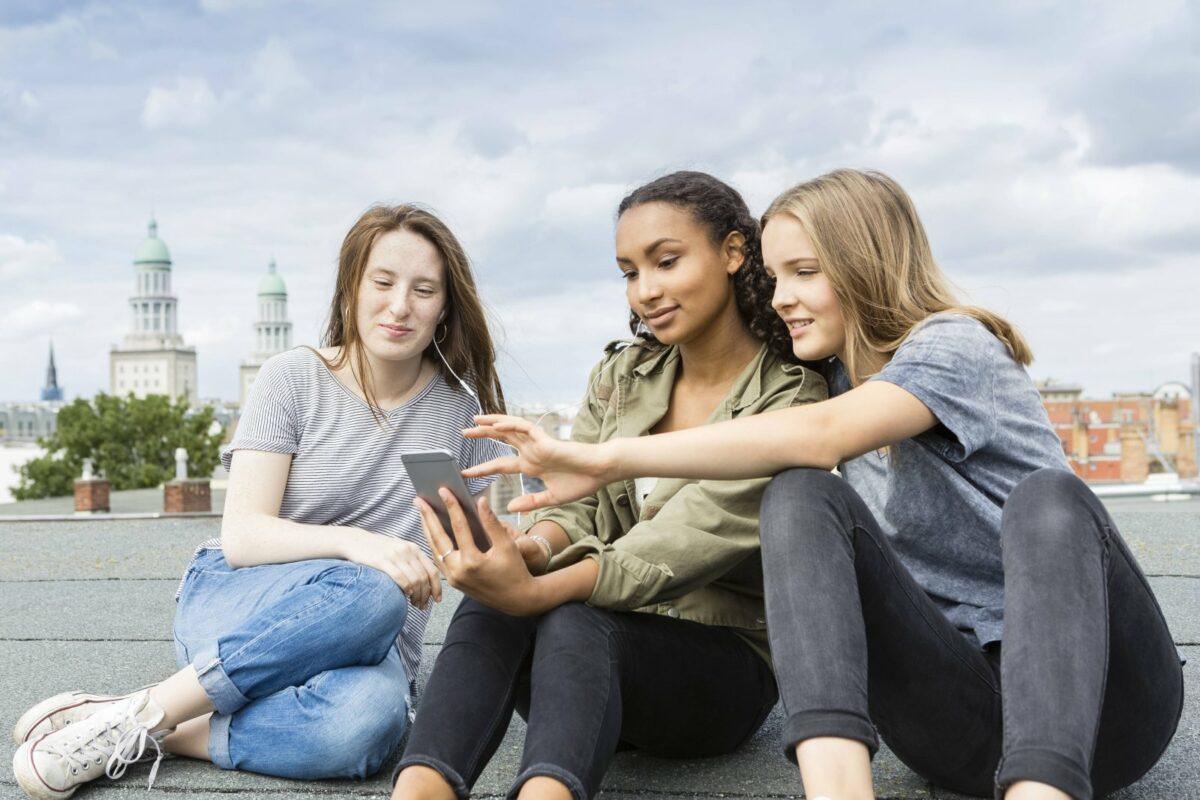 Jugendliche mit Smartphones.