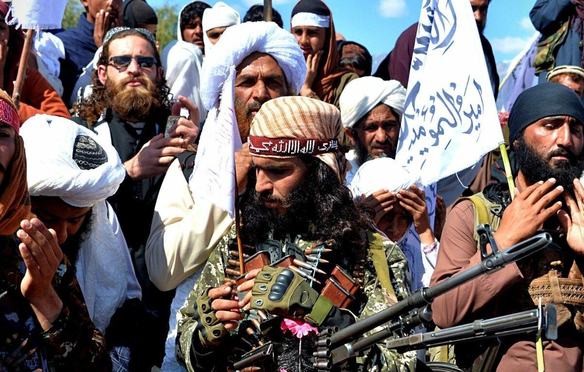 Taliban-Kämpfer und Bürger in Afghanistan.