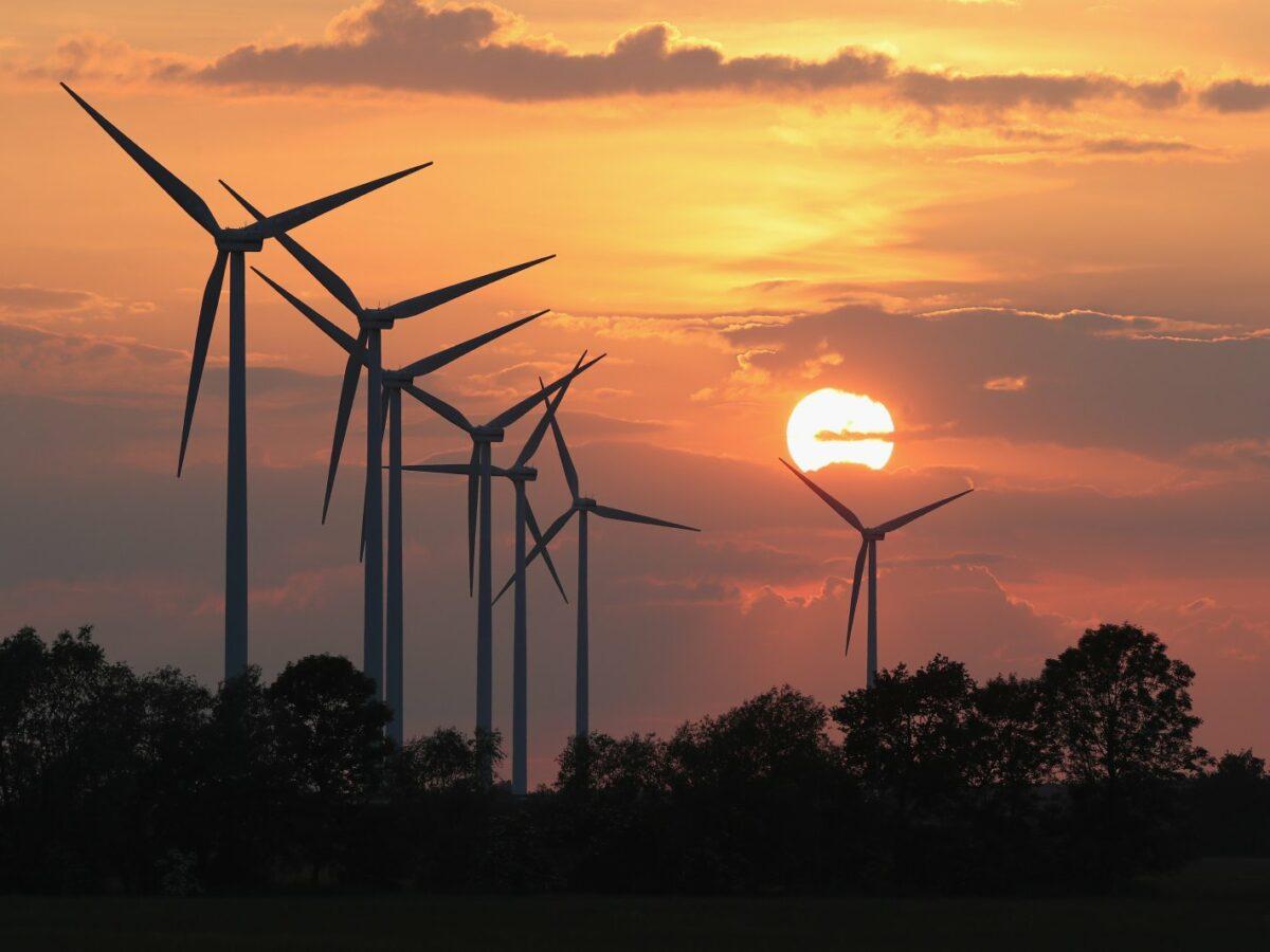 Windräder vor einem Sonnenuntergang