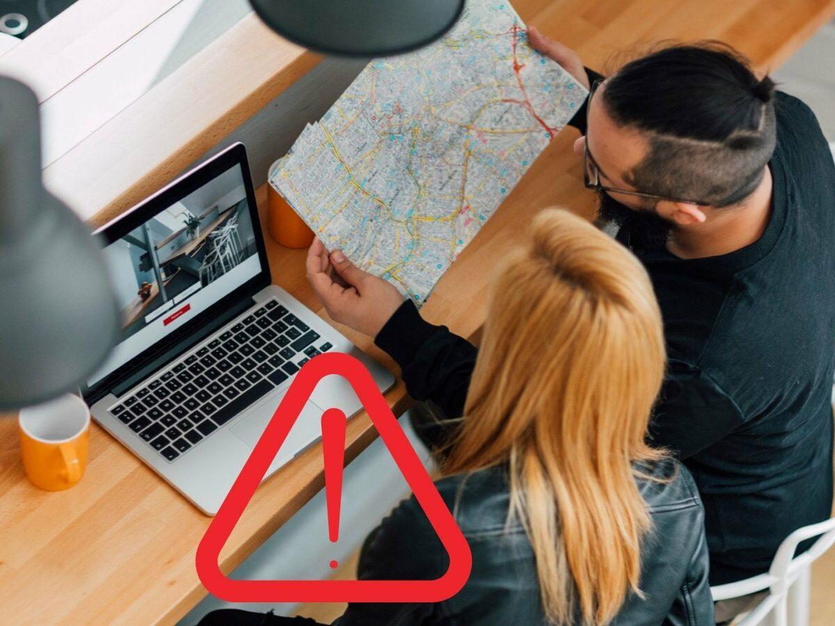 Mann und Frau suchen online nach einer Wohnung.