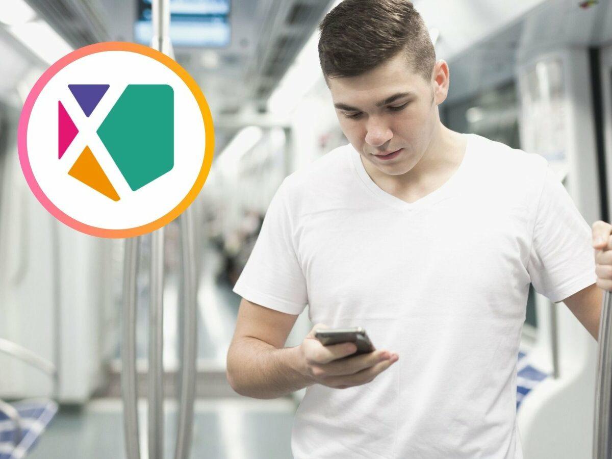 junger Mann liest in der Bahn auf seinem Smartphone