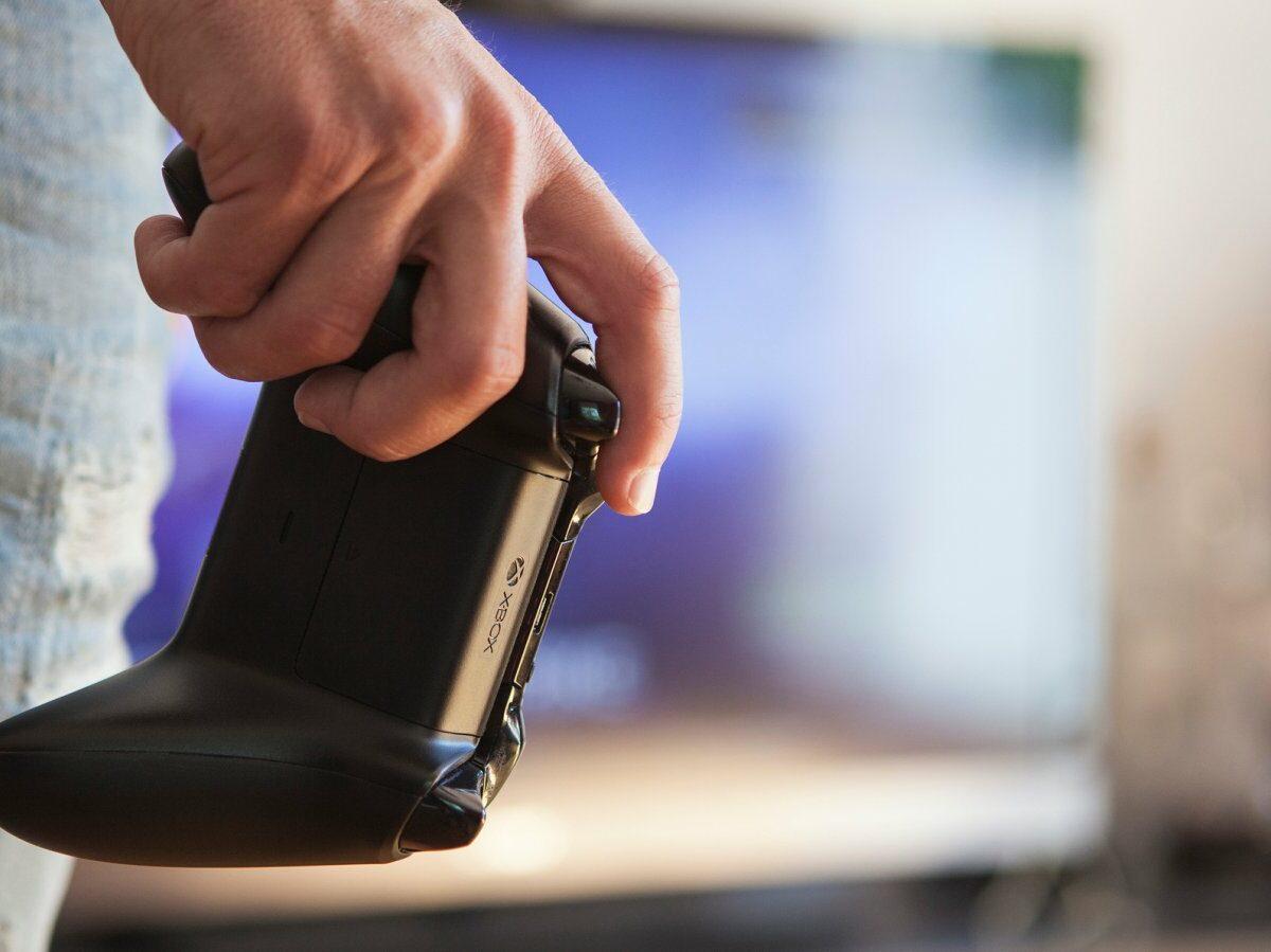 Hand hält Xbox-Controller