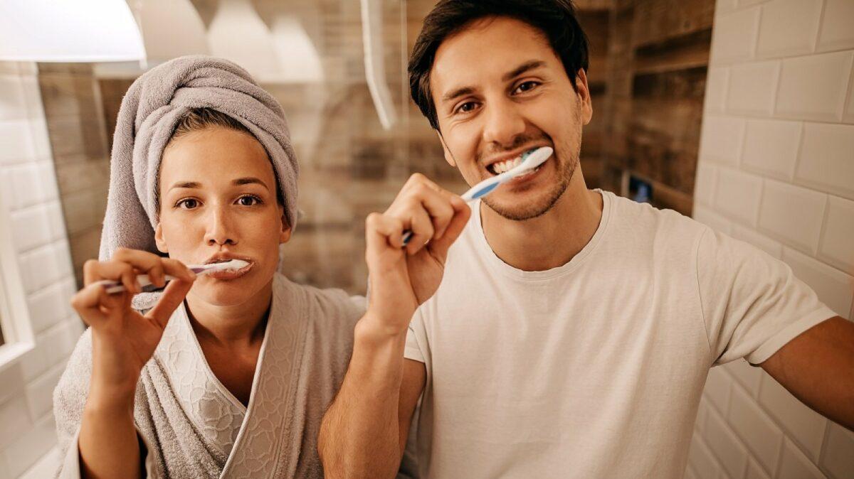 Pärchen putzt Zähne.