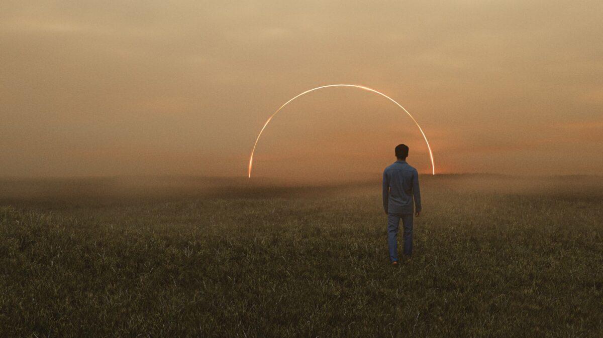 Mann auf einem Feld