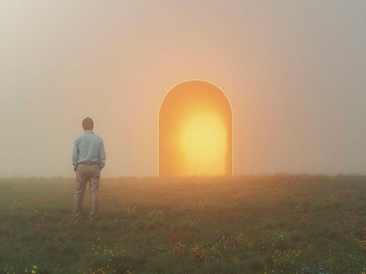 Mann steht vor einem geheimnisvollen leuchtenden Bogen.