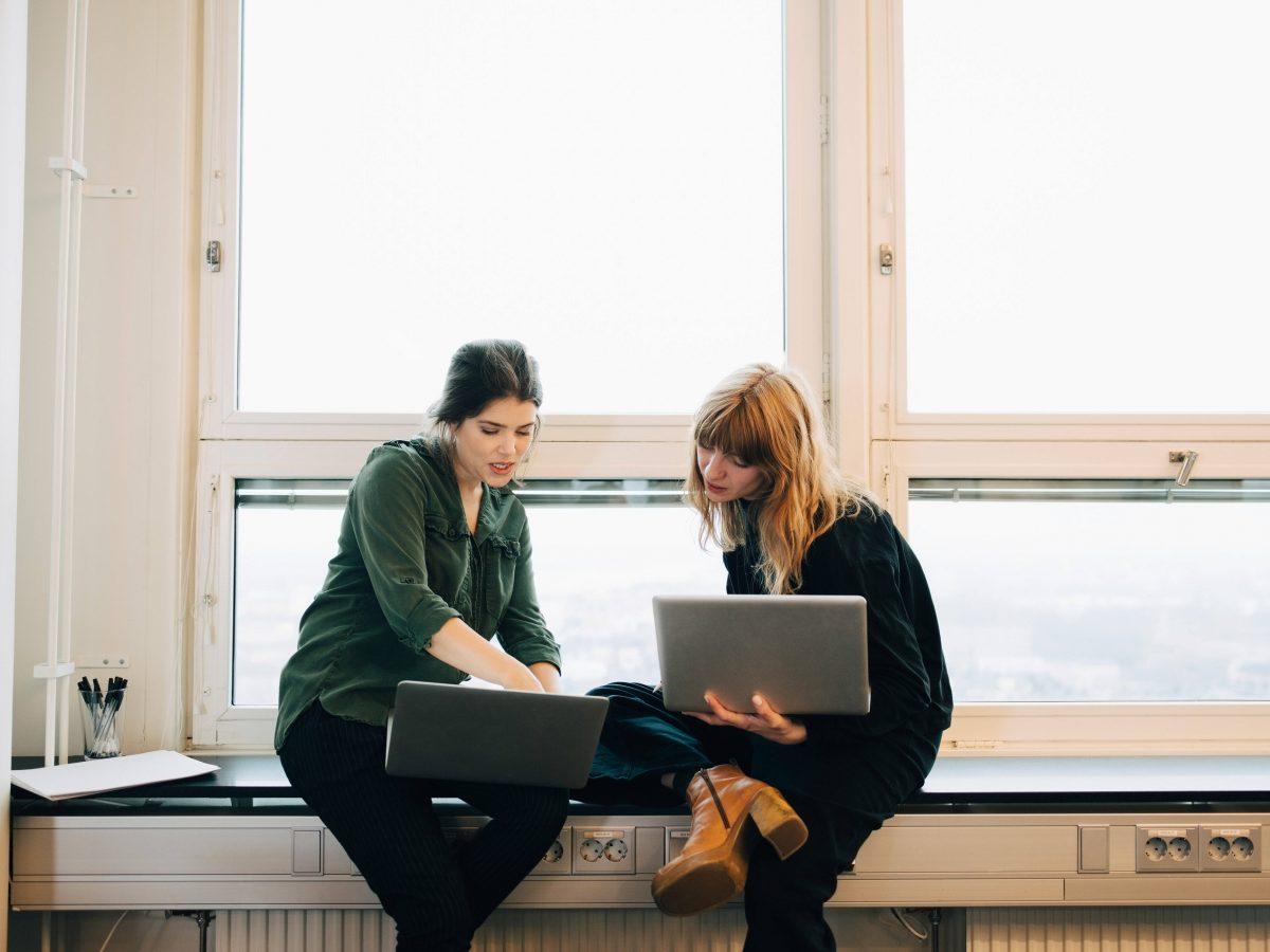 Frauen mit Laptops