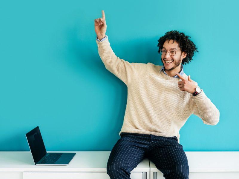 Mann freut sich über günstige Laptops.