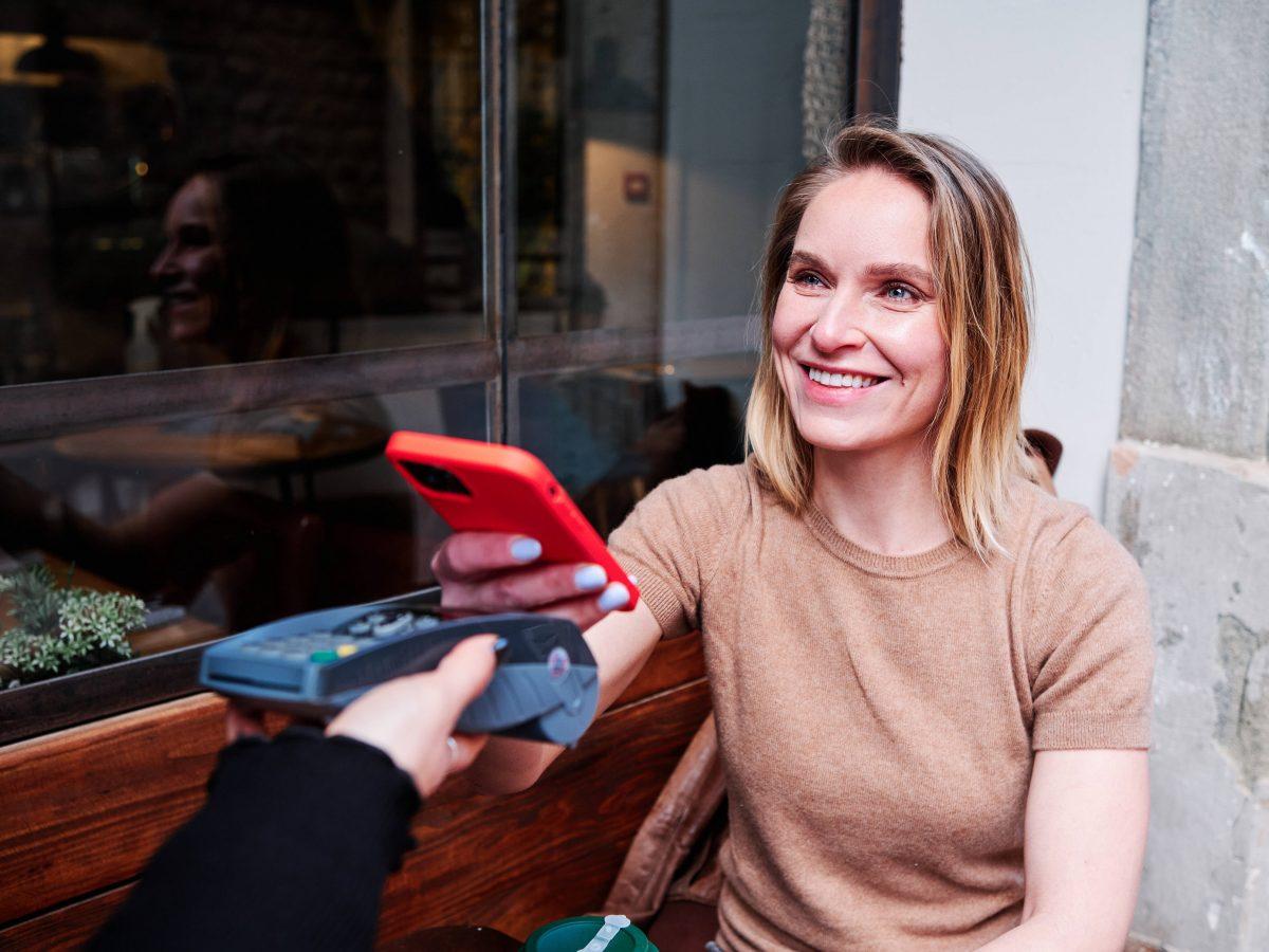 Frau, kontaktloses Bezahlen