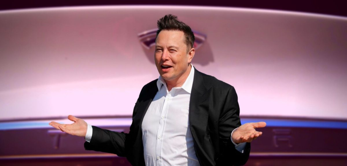 Elon Musk vor einem Tesla Model S