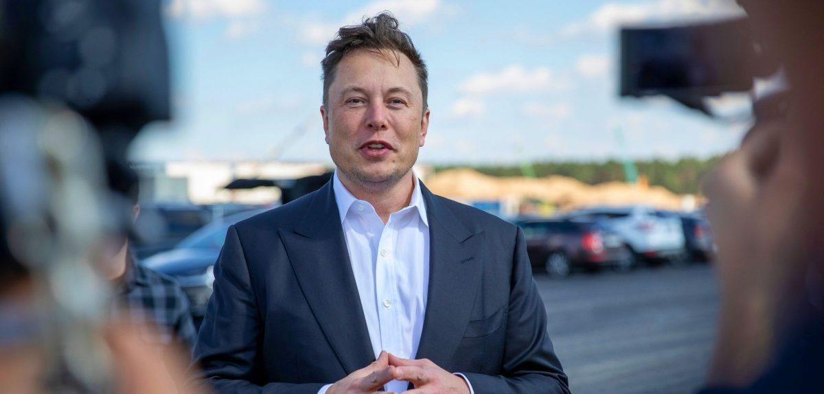 Elon Musk gibt ein Interview
