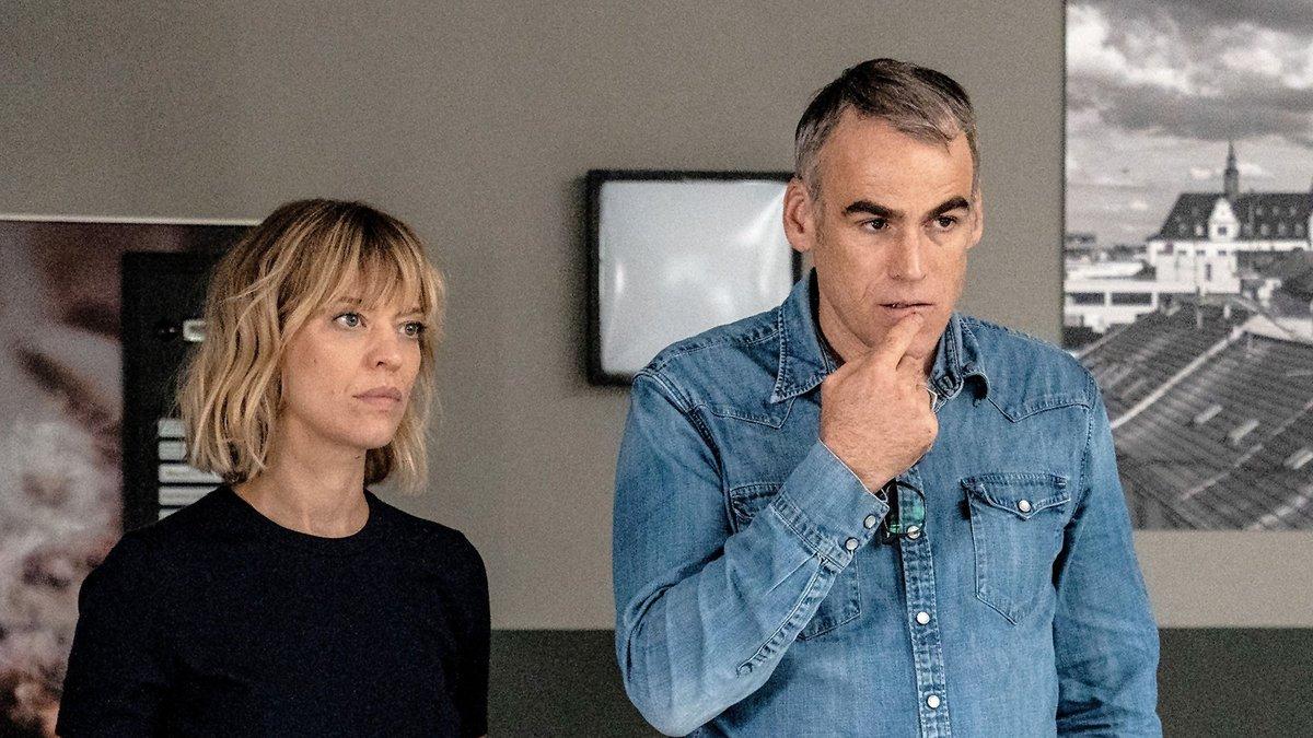 "Ellen Berlinger (Heike Makatsch) und Martin Rascher (Sebastian Blomberg) wissen im neuen ""Tatort: Blind Date"" nicht weiter.. © SWR/Bettina Müller"