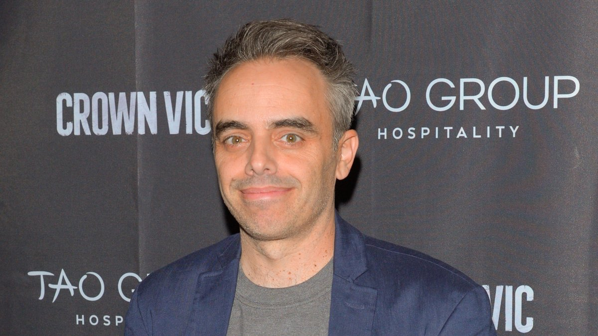 Der Regisseur Joel Souza soll das Krankenhaus bereits wieder verlassen haben.. © Ron Adar/Shutterstock.com