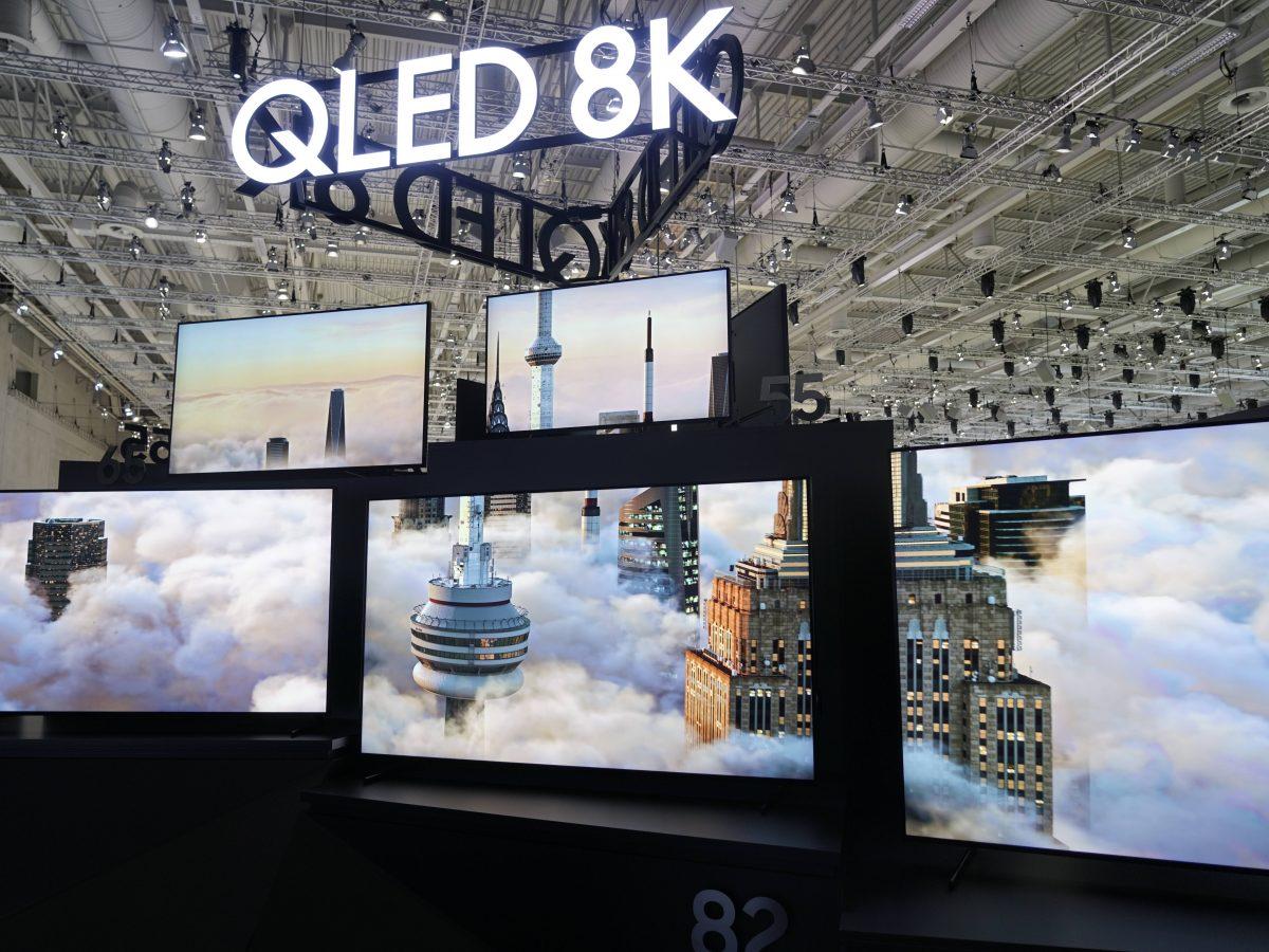 QLED-Fernseher aufgereiht