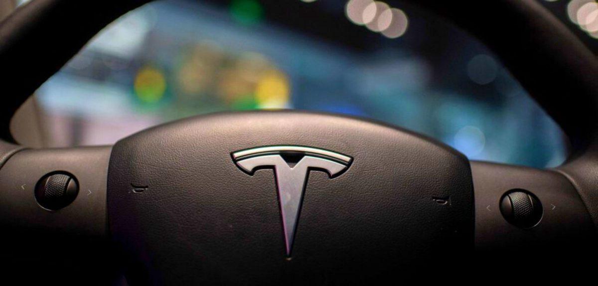 Tesla-Logo auf einem Lenkrad